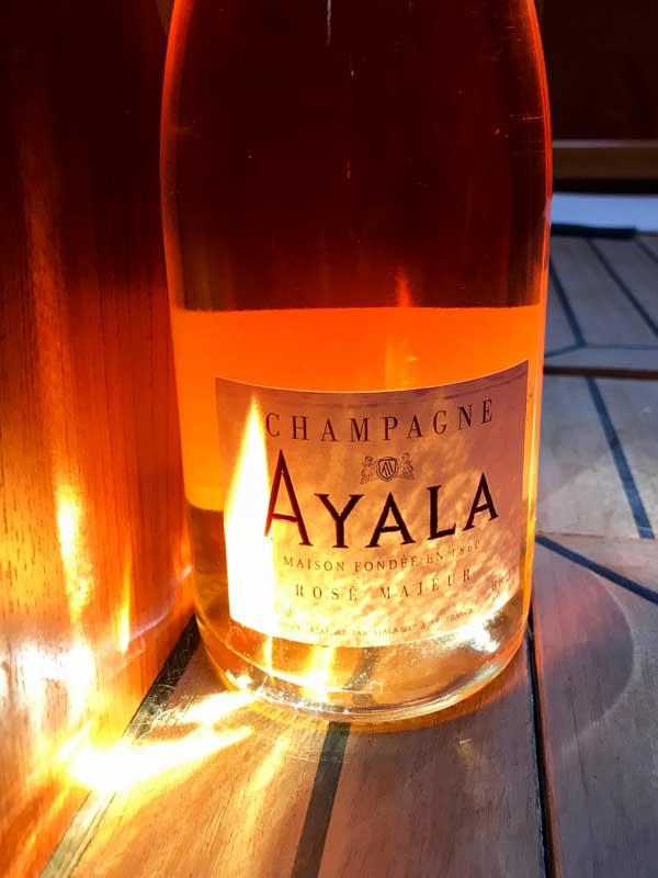 Eine Sonnenstrahl fängt sich in der Flasche Ayala Rosé - ist das ein Zeichen?