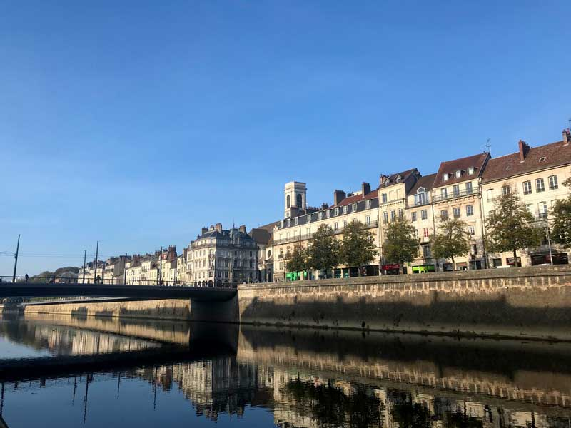 Besançon wirkt ziemlich großstädtisch hier am Quai de Strasbourg