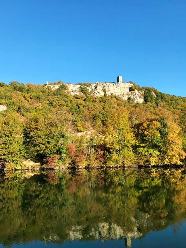 Über dem Doubs erhebt sich das Château Montferrand