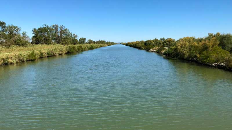 Der Kanal Rhône à Sète bietet wieder das klassische Camargue-Bild