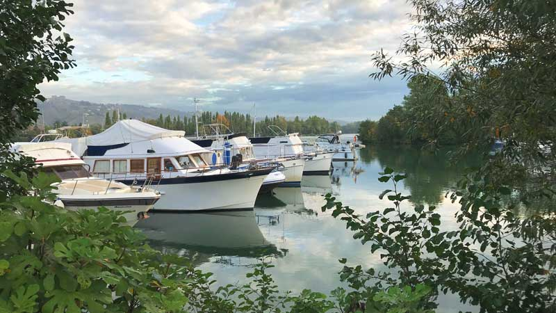 Les Roches-de-Condrieu hat einen hübschen ruhigen Hafen