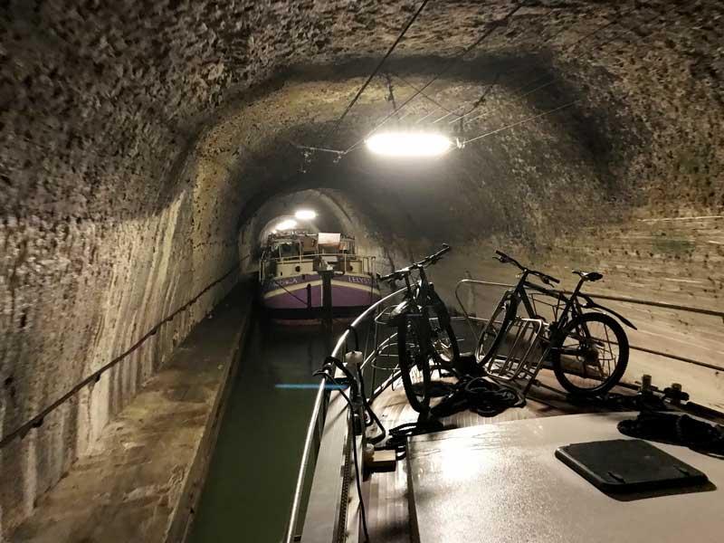 Im Tunnel-de-Riqueval werden alle Boote aneinander gehängt und durch den Tunnel geschleppt