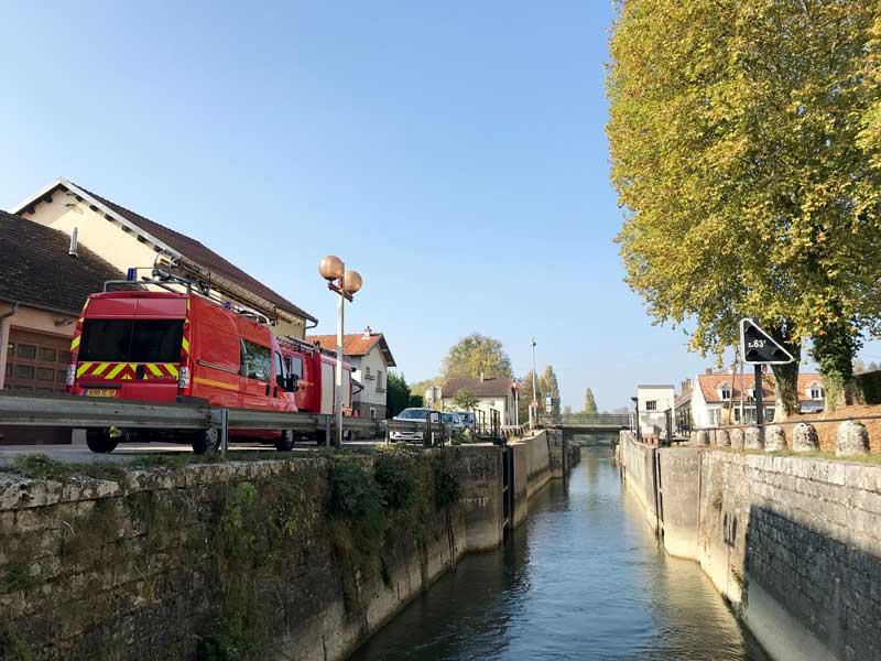 Eine der extremen Engstellen auf dem Canal du Rhône au Rhin bei Orchamps