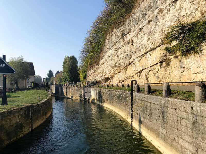 Auf dem Canal du Rhône au Rhin gibt es viele extreme Engstellen