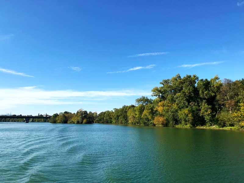 Die Ufer der Saône sind noch erstaunlich grün für Mitte Oktober