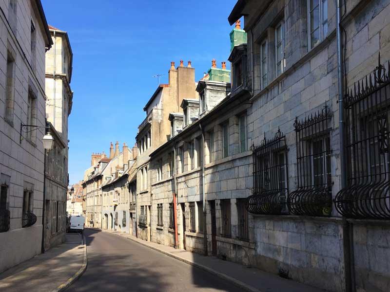 Überall in Besançon sind die gleichen schönen Fassaden aus Kalkstein zu sehen