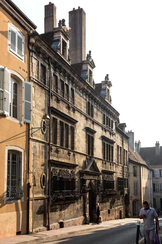 Gotische Architektur an einem alten Wohnhaus in Dole