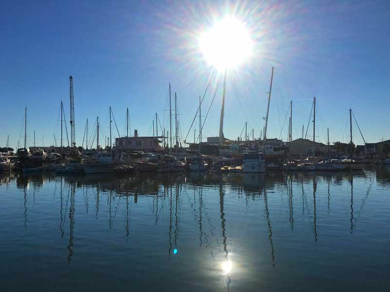 Gegenüber vom Fischereihafen Le Grau-du-Rois liegt ein Binnenhafen mit Werft