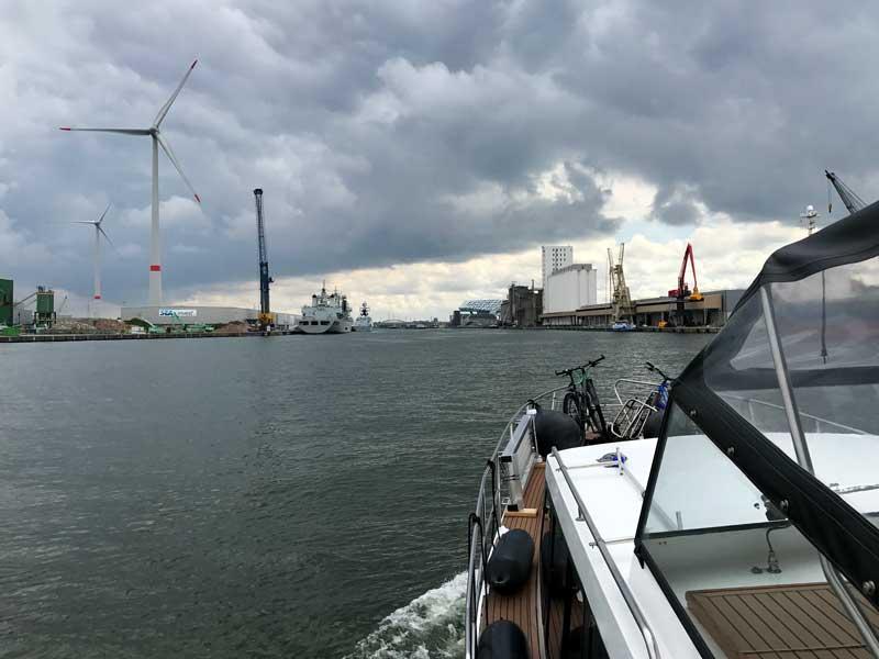 Statt der offiziellen Hafenrundfahrt in Antwerpen kann man auch mit dem eigenen Schiff herumfahren