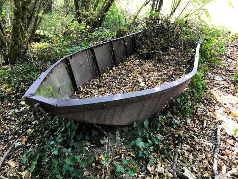 Mitten im Wald bei Boussières liegt ein altes Anglerboot