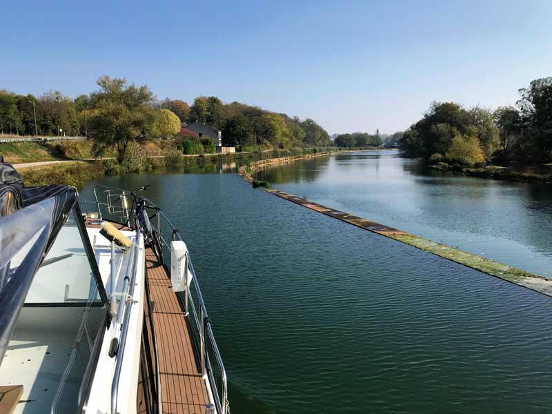 Der kanal du Rhône au Rhin verläuft teilweise neben dem, teilweise im Doubs