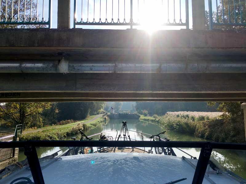 Die Brücken über den Canal du Rhône au Rhin sind teilweise nur 3,30 m hoch, sodass wir alles klappen müssen