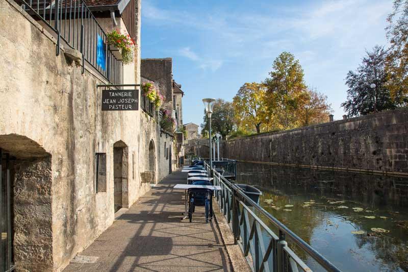 Am kleinen Canal des Tanneurs sind viele Lokale mit Freiplätzen