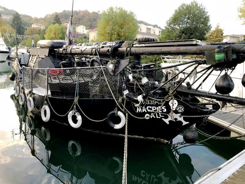 Piratenschiff im Hafen von Les Roches-de-Condrieu