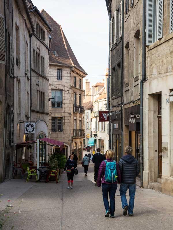 Rue Besançon, eine Einkaufsstraße und Fußgängerzone in Dole