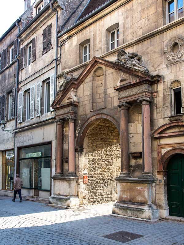 Prunkvolle Toreinfahrt in der Rue des Arènes in Dole