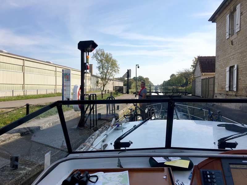 Die Schleusen auf dem Canal du Rhône au Rhin haben teilweise einen Vorsprung bei Ein- und Ausfahrt