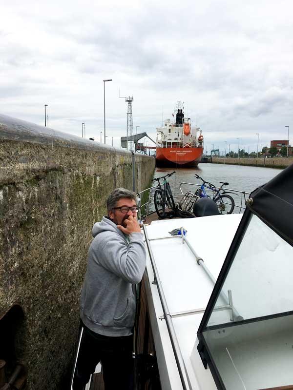In der Bodewijnsluis zusammen mit einem riesigen Seeschiff