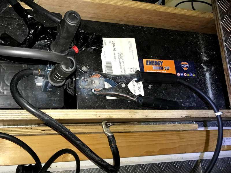 Wir haben die Batterien mit Hilfe eines Überbrückungskabels verbunden
