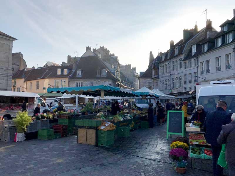 Auf der Place de Révolution in Besançon findet der Wochenmarkt statt
