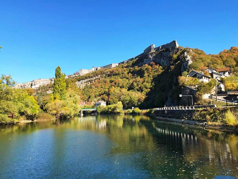 Wenn man auf dem Doubs auf Besançon zufährt, sieht man bereits von weitem die Zitadelle