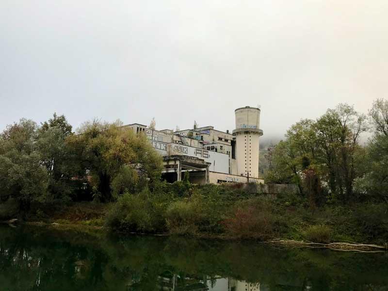 Bei Besançon steht eine große alte Fabrik, die mit Graffiti übersät ist