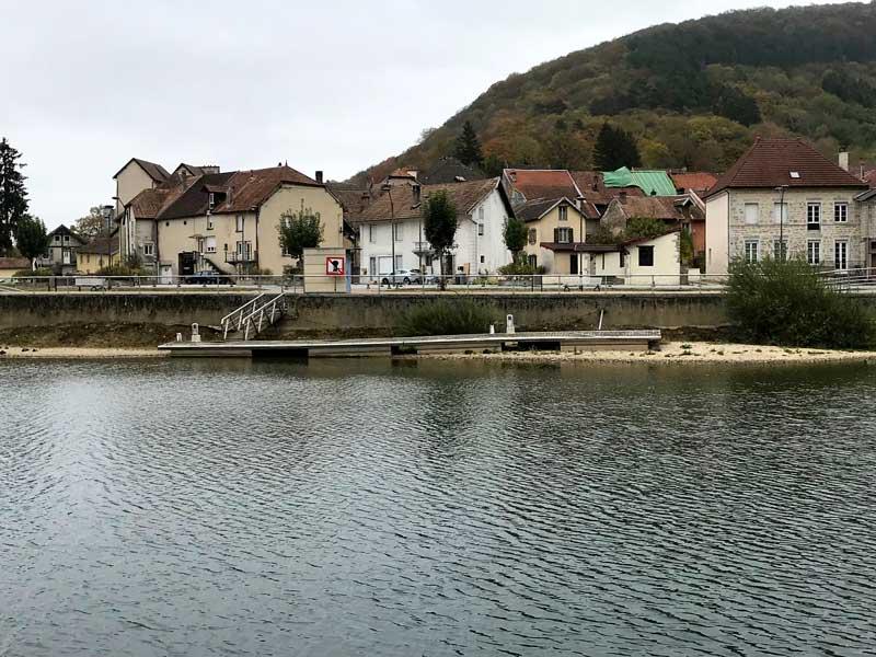Bei dem niedrigen Wasserstand des Doubs liegen die Anleger teilweise auf dem Trockenen