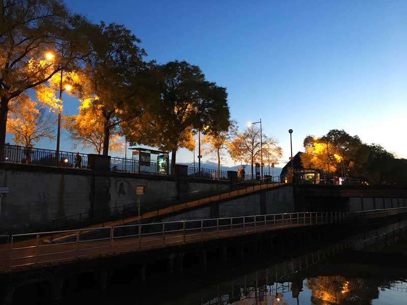 In der Abenddämmerung haben wir einen schönen Ausblick vom Boot im Port de Plaisance Vieux Bassin Mulhouse