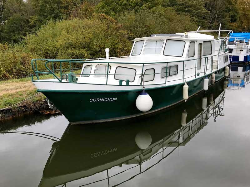 Dieses kleine grüne Boot trägt den passenden Namen Cornichon