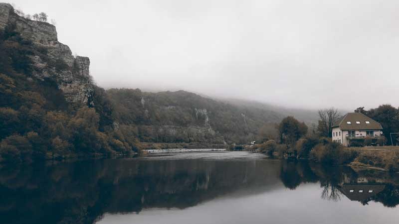 Düsteres Herbstwetter am Doubs