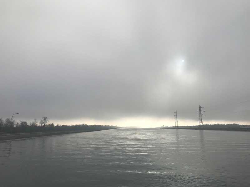 Der Nebel über dem Rhein zieht zu