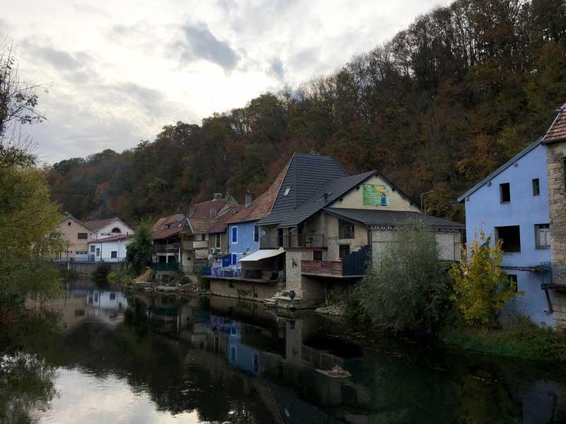Der Ort Isle-sur-le-Doubs wirkt ziemlich düster