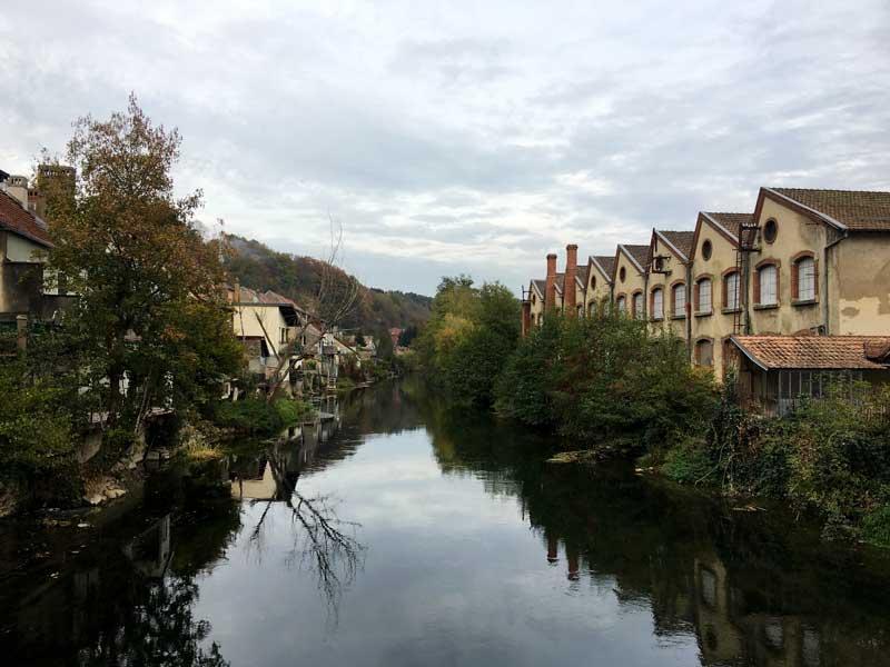Auch in Isle-sur-le-Doubs steht wieder eine alte Fabrik am Ufer