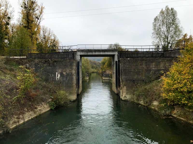 Der Canal du Rhône au Rhin ist geprägt von engen Durchfahrten, niedrigen Brücken und im Moment wenig Wasser