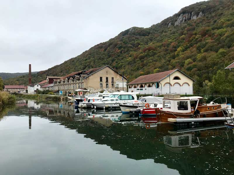 Deluz hat einen netten kleinen Hafen für Freizeitschiffer