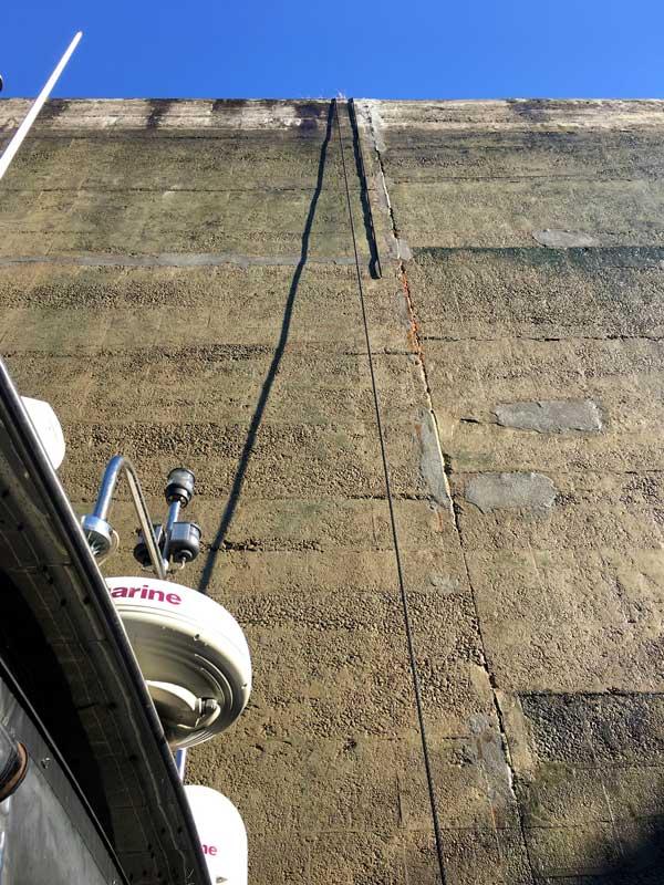 Wir haben zwar Leinen mit einer Länge von 20 m, aber bei diesem Hub sind sie zu kurz für die Schleuse