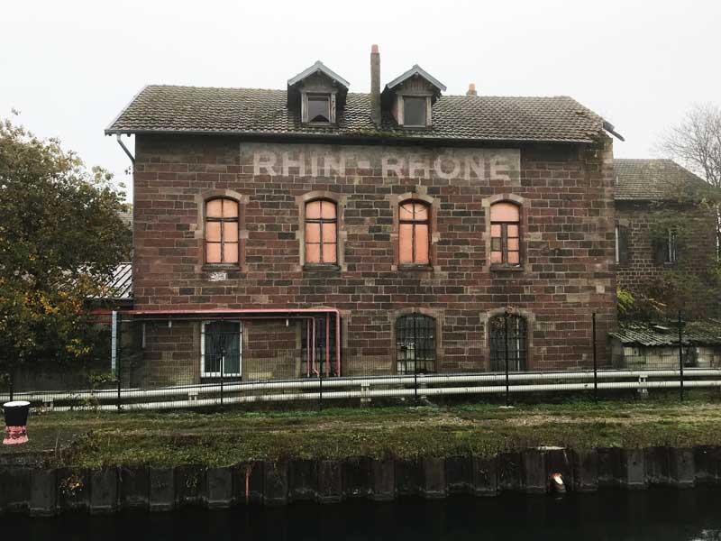 Cooles altes Haus am Canal du Rhône au Rhin