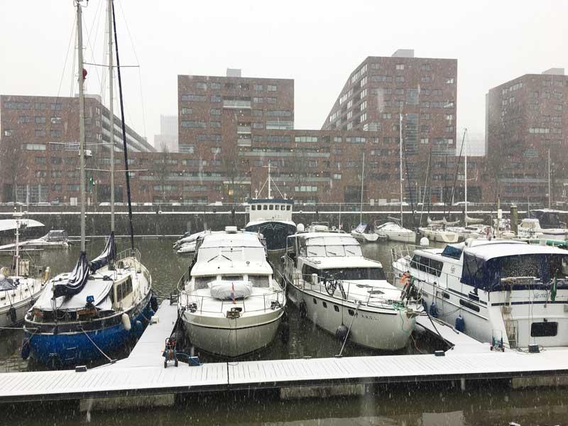 Die Rotterdam City Marina liegt unter einer Schneedecke