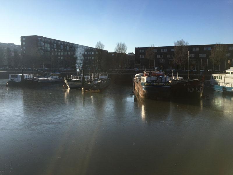 Auf dem Binnenhaven liegt bereits eine dünne Eisschicht