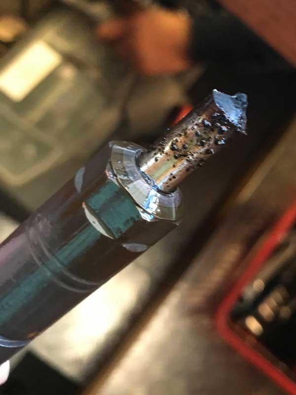 An der Einspritzdüse kann man ganz deutlich die Verbrennungsrückstände erkennen