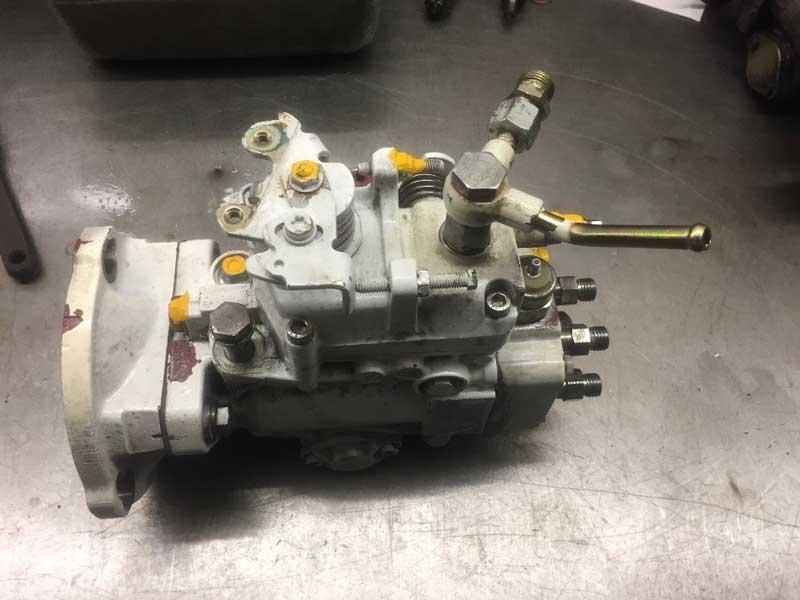 Die Injektionspumpe des Dieselmotors ist ausgebaut