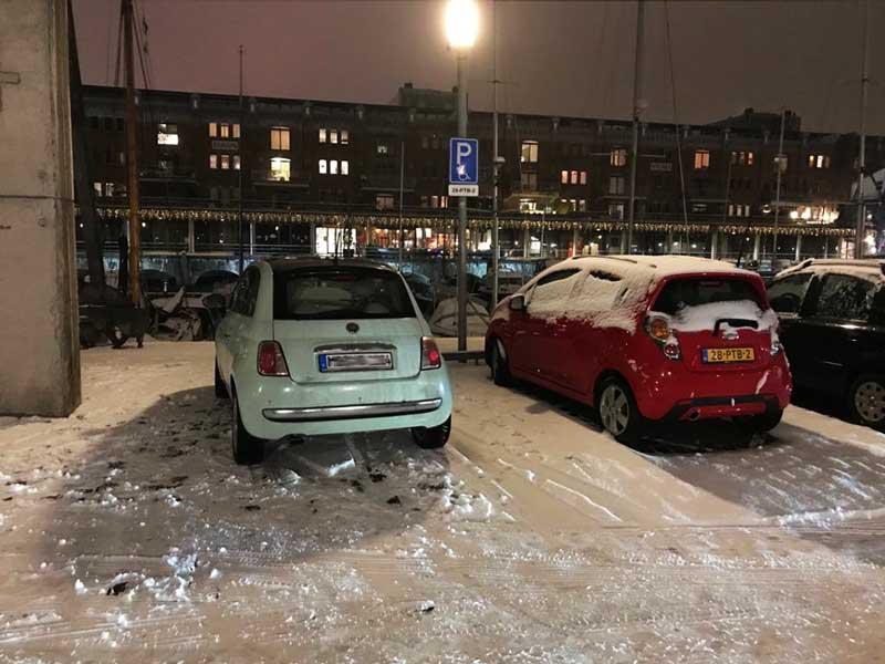 Ich freue mich, dass mein Fiat 500 am Hafen steht