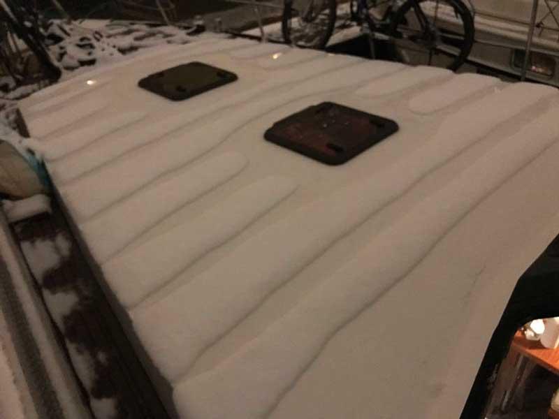 Wenn Schnee auf dem Boot liegt, schmilzt er in Streifen ab, wo die Deckenisolierung schlecht ist