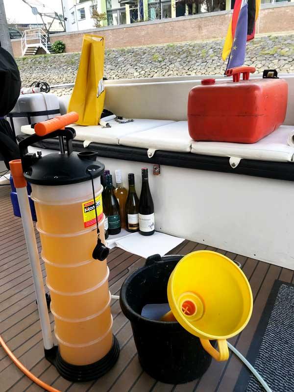 Mit diversen Utensilien an Bord wie Pumpe, Trichter etc. leeren wir den roten Tank