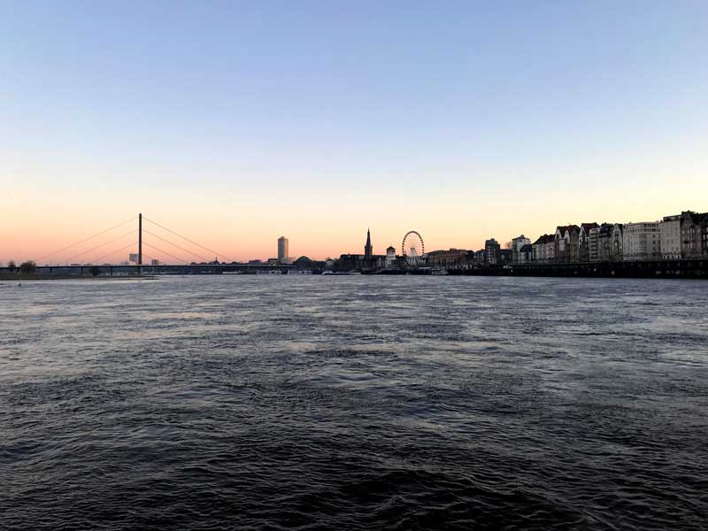 Als wir in Düsseldorf aufbrechen, wird es gerade hell, und der Morgenhimmel ist hübsch rosa