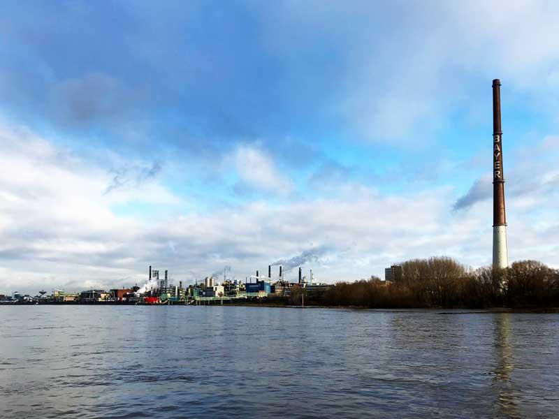 Von uns aus gesehen auf der rechten Seite ziehen sich die Anlagen von Bayer Leverkusen über Kilometer hin