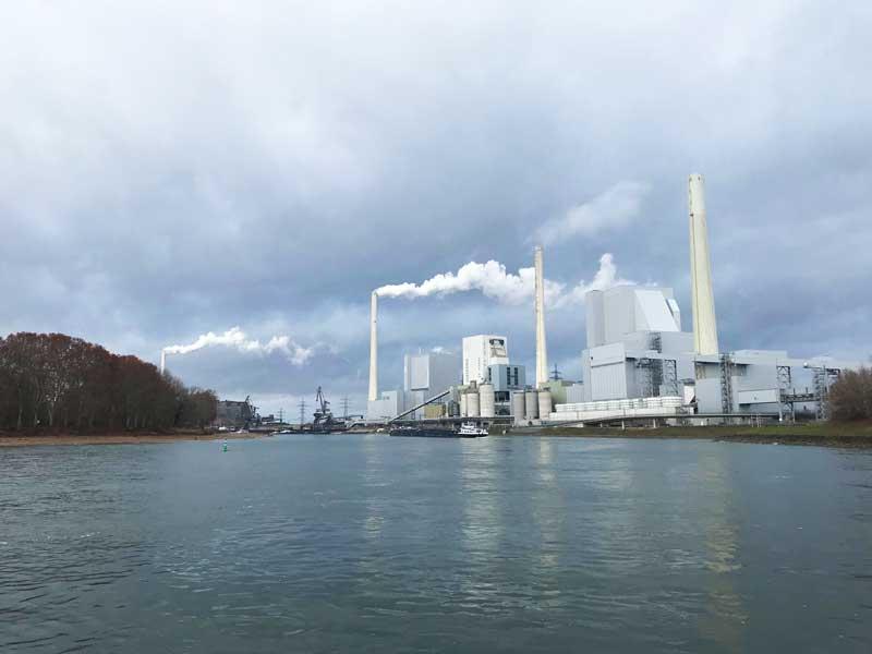 Jetzt wird es richtig industriell, hier eine große Fabrik bei Rheinau