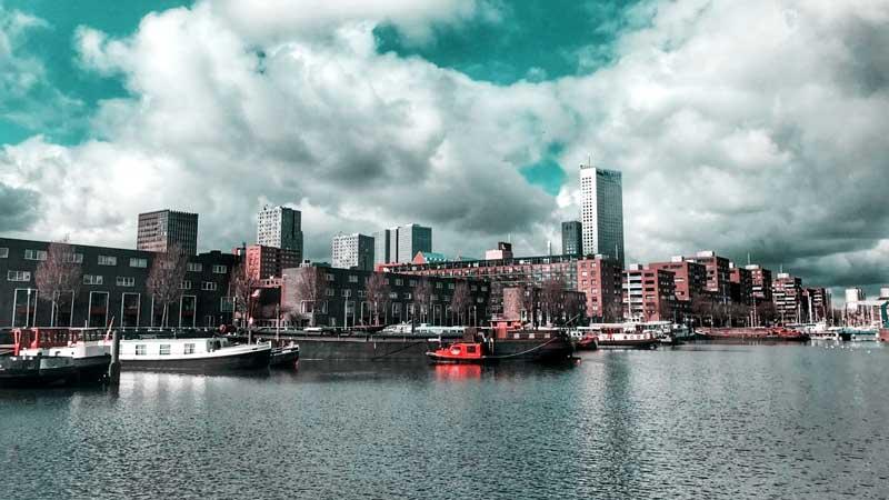 Blik über den Binnenhaven mit stürmischen Aprilwolken