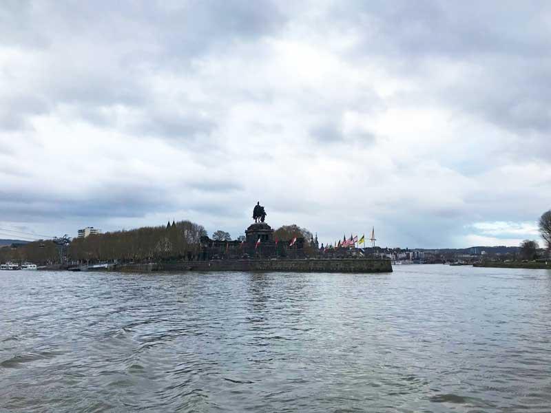Das Deutsche Eck mit der imposanten Reiterstatue in Koblenz, wo die Mosel in den Rhein mündet