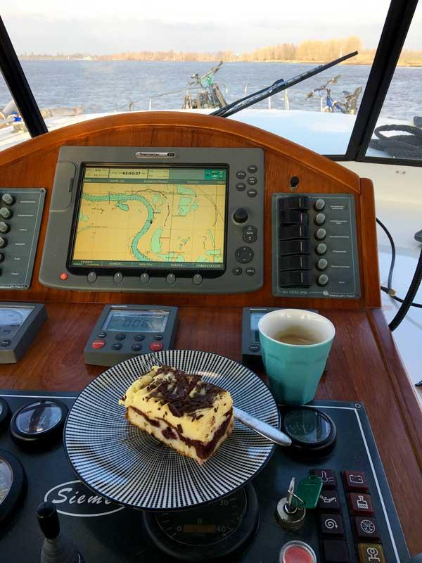 Auf meinem Steuerstand stehen eine Tasse Kaffee und ein Stück Kuchen, eine Donauwelle - und das auf dem Rhein!